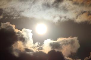 雲の間から見える太陽の写真素材 [FYI00234202]