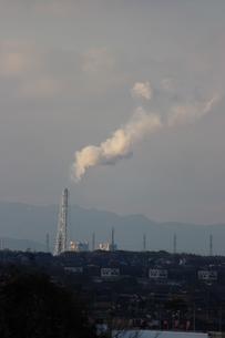 工場から出る煙の写真素材 [FYI00234225]