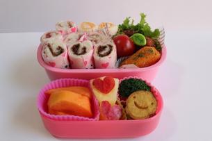 ロールサンドのお弁当と果物たちの写真素材 [FYI00234227]
