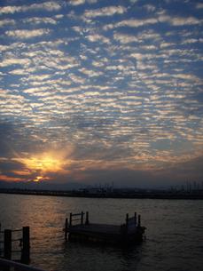 うろこ雲の夕暮れの素材 [FYI00234715]