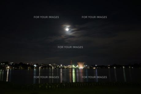 千波湖の夜景 噴水と共に 水戸駅周辺の写真素材 [FYI00234951]
