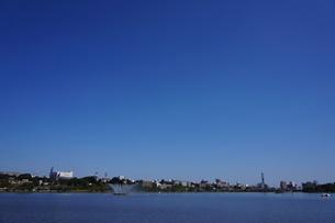 千波湖と秋晴れの青空の写真素材 [FYI00234963]