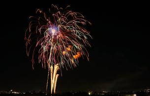 調布市花火大会 2012年 カラフルな多数の花の軌跡の写真素材 [FYI00234979]