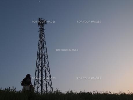 鉄塔と女の子の写真素材 [FYI00235094]