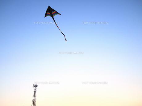 鉄塔とカイトの写真素材 [FYI00235102]