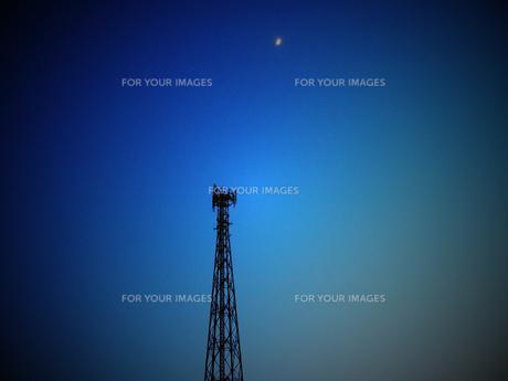 鉄塔と月の写真素材 [FYI00235106]