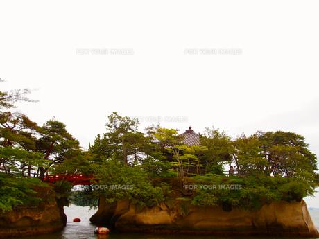 架かる赤い橋の写真素材 [FYI00235120]