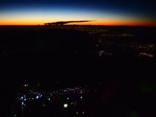 金星と朝焼けと街の灯と人の灯の写真素材 [FYI00235129]