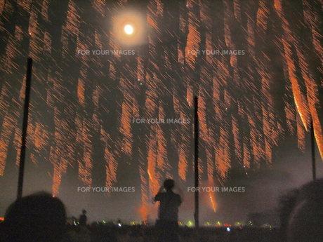 火柱と月と塔とカメラマンの写真素材 [FYI00235141]