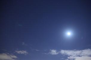 月明かりの下の写真素材 [FYI00235506]
