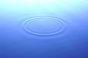 またたきー水面の波紋ーの写真素材 [FYI00236224]