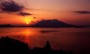 桜島と錦江湾の夕日の素材 [FYI00236599]