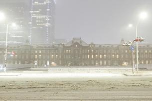 吹雪の東京駅 2014年の写真素材 [FYI00236686]