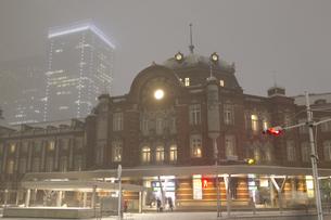 雪の東京駅の写真素材 [FYI00236690]