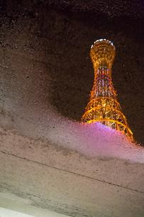 水たまりに映ったポートタワーの写真素材 [FYI00236727]
