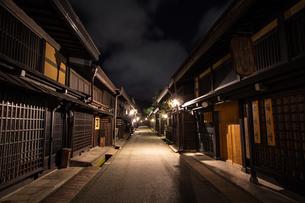 飛騨高山 古い町並の夜の写真素材 [FYI00236736]