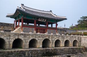 世界遺産 水原華城 華虹門(ソウル)の写真素材 [FYI00236778]