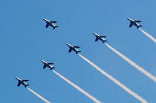 ブルーインパルス編隊飛行(国立競技場上空)の写真素材 [FYI00236787]