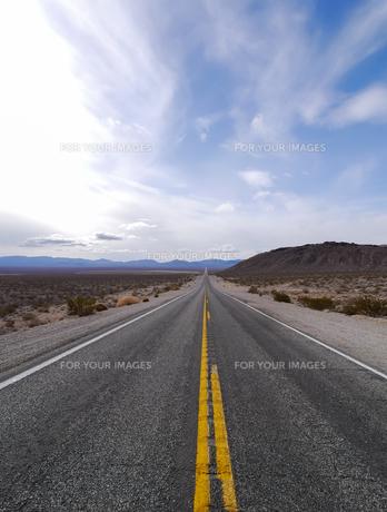 アメリカ ネバダ州 荒野の一本道(デスバレー内)の写真素材 [FYI00236828]