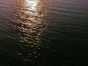 夕日が反射する川の写真素材 [FYI00237287]