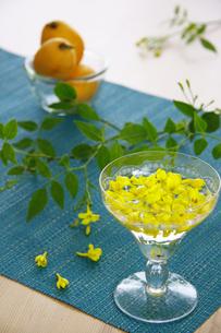 ソテツの花のグラスアレンジの写真素材 [FYI00237359]