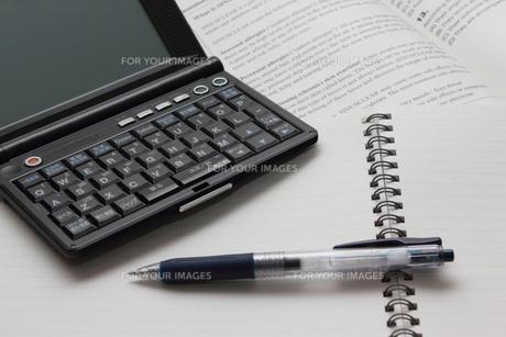 電子辞書で勉強の写真素材 [FYI00237664]