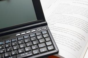 電子辞書で勉強の写真素材 [FYI00237671]