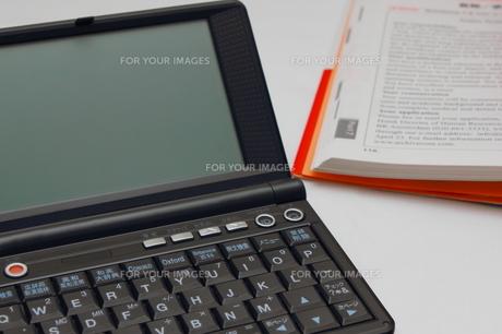電子辞書で勉強の写真素材 [FYI00237676]