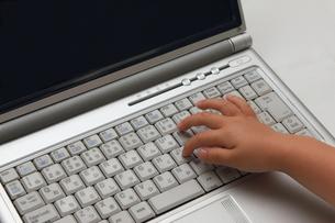 パソコンで遊ぶ子供の手の写真素材 [FYI00237679]
