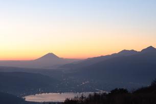 夜明けの富士山のシルエットの写真素材 [FYI00237969]