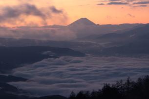 赤く染まる朝焼けに雲海の富士山の写真素材 [FYI00237982]