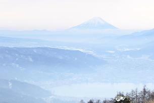 白く霞む富士山の写真素材 [FYI00237984]