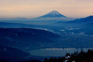 雪をかぶった諏訪湖越しの富士山の写真素材 [FYI00238014]