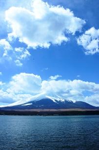 山中湖から望む富士山の写真素材 [FYI00238074]