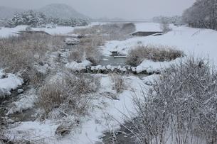 雪降る信州の田舎風景の素材 [FYI00238311]