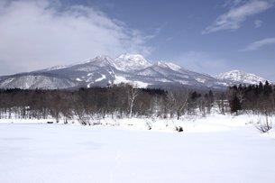 妙湖高原の初春の雪景色の写真素材 [FYI00238420]