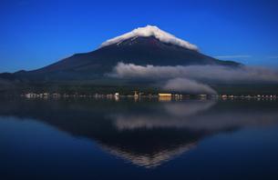 山中湖に映る夏の逆さ富士の写真素材 [FYI00238640]