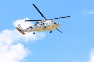 青空を飛ぶヘリコプターの写真素材 [FYI00238648]