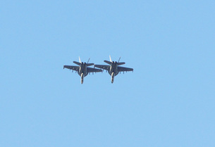 編隊飛行するF-18の写真素材 [FYI00238651]
