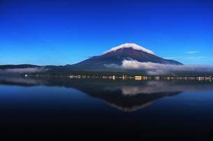 山中湖に映る夏の逆さ富士の写真素材 [FYI00238667]