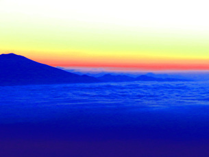 日の出前の八ヶ岳と雲海の写真素材 [FYI00238670]