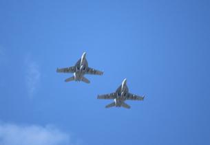 編隊飛行するF-18の写真素材 [FYI00238677]