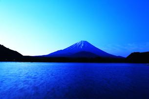 精進湖の夜明けの写真素材 [FYI00238689]