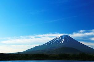 精進湖から観た富士山の写真素材 [FYI00238692]