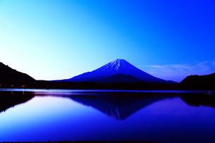 夜明けの精進湖の富士山の写真素材 [FYI00238694]