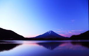 精進湖の明け方の写真素材 [FYI00238706]