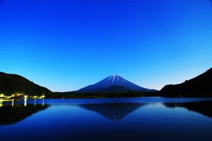 精進湖の夜景の写真素材 [FYI00238707]