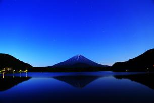 精進湖の夜景の写真素材 [FYI00238717]