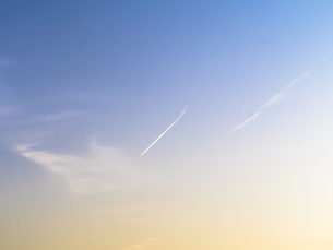 夕暮れの飛行機雲の写真素材 [FYI00238870]