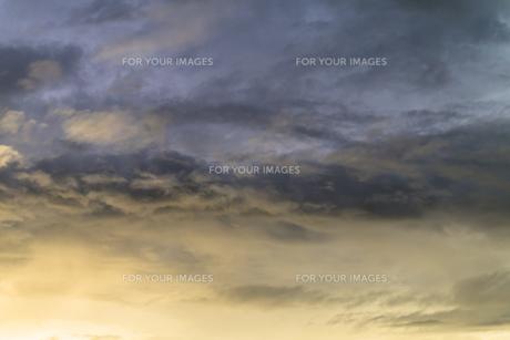 明るい雲、暗い雲の写真素材 [FYI00238887]